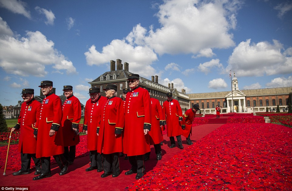 348761E300000578-3604530-A_sea_of_red_The_Chelsea_pensioners_pose_in_front_of_one_of_the_-m-118_1464007848606